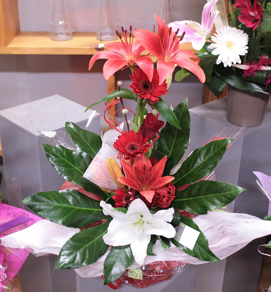 Notre fleuriste a réalisé ce bouquet bulle en hauteur dans les tons de rouges