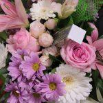 Notre fleuriste a réalisé ce bouquet bulle rond dans les tons de rose