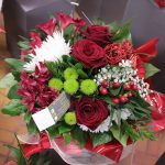 Notre fleuriste a réalisé ce bouquet bulle rond dans les tons de rouge et blanc