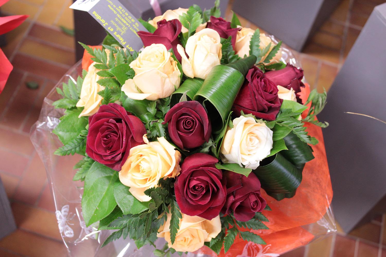Notre fleuriste a réalisé ce bouquet bulle rond avec des roses rouges et des roses pêches