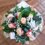 Bouquet de 10 roses bicolores, accompagnées de gypsophile, dans une bulle