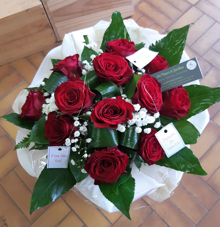 Bouquet de 12 roses rouges accompagnées de gypsophile, dans une bulle
