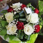 Bouquet de roses rouges et blanches et gypsophile