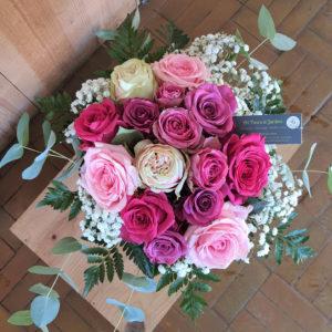 Bouquet de 15 roses dans les tons pastels, entourées de gypsophile et de verdure
